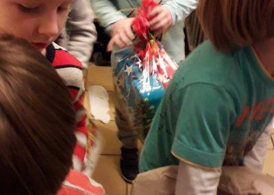 """Dzisiaj szukaliśmy zabawek dosal. Mikołaj dobrze je ukrył. Szukaliśmy wpiwnicy, nastrychu, w""""kulkowie"""" i…"""